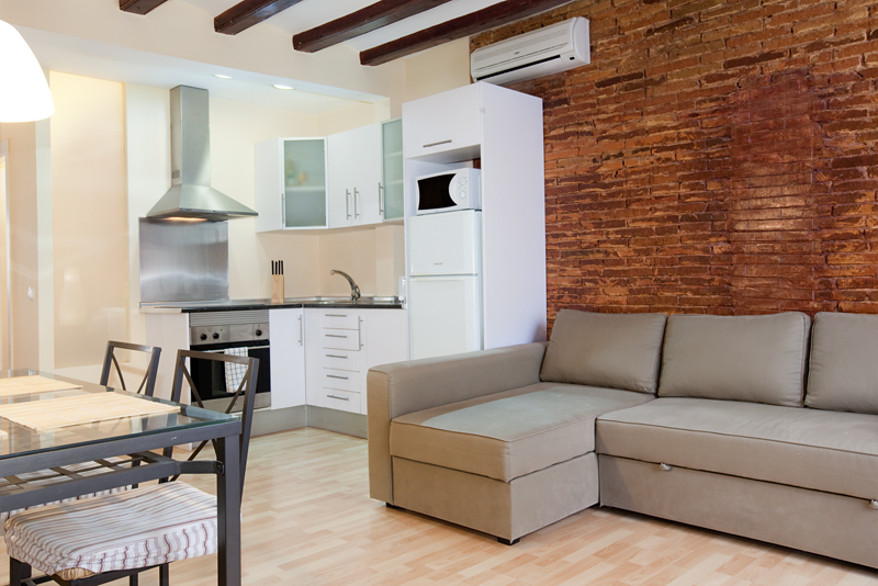 Kitchen living room apartamentos barcelona apartments for Apartamentos baratos en sevilla por dias